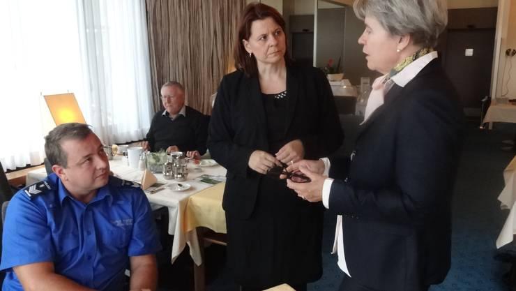 Loius Treier, Claudia Hauser und Corina Eichenberger besprechen den Ablauf