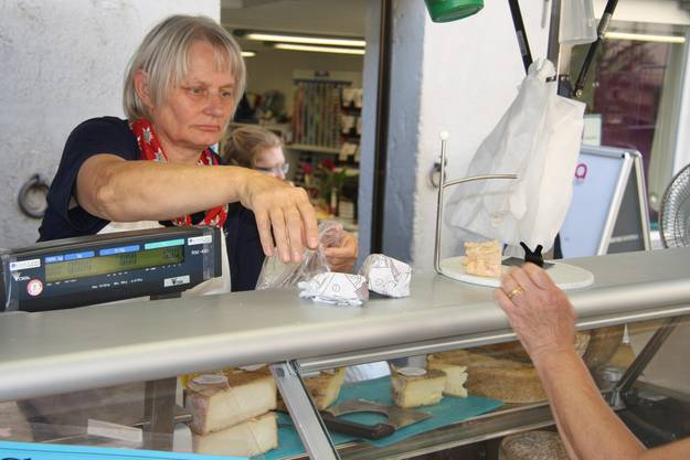 Kathrin Reichmuth verkauft ihre Spezialitäten aus dem Jura