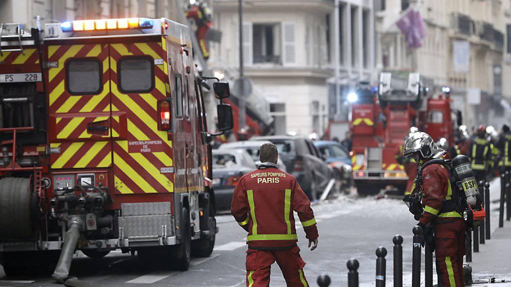Nach der Explosion ist in der Pariser Innenstadt ein Brand ausgebrochen. Die Ursache könnte ein Gasleck gewesen sein.
