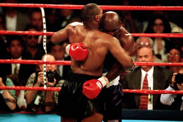 Der legendärste aller Boxkämpfe: Mike Tyson (links) beisst Evander Holyfield einen Teil des Ohres ab. Es ist einer von vielen grossen Boxkämpfen in Las Vegas.