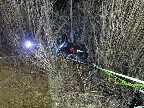 Sissach BL, 28. Februar: Eine 55-Jährige verlor die Kontrolle über ihren Wagen und rasselte eine Böschung hinab. Sie und ihr Beifahrer wurden leicht verletzt.