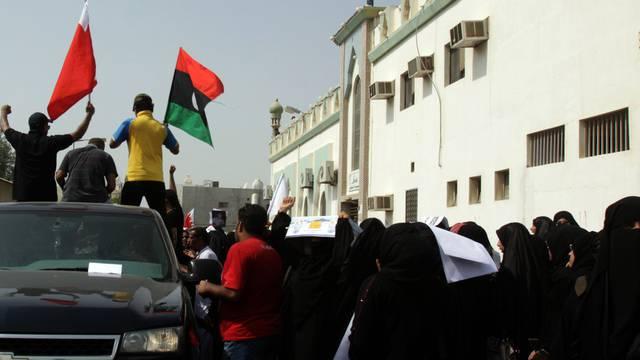 In der Stadt Sitra in Bahrain demonstrieren Trauernde bei der Beerdigung eines Aktivisten (Archiv)
