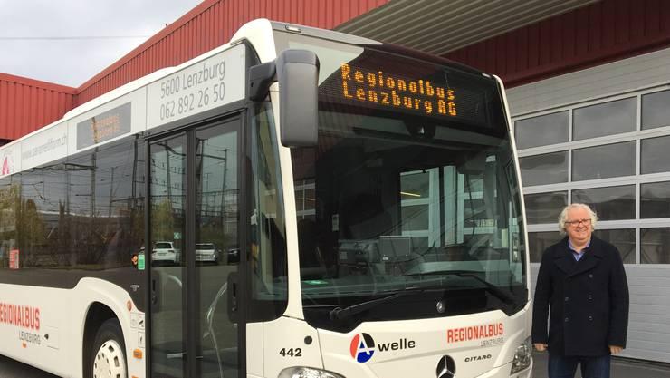 Geschäftsführer René Bossard zeigt den ersten Bus mit neuem Schriftzug.