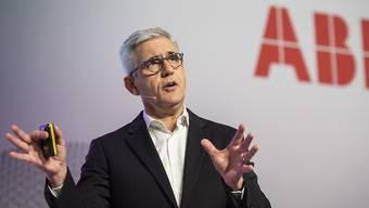 Der ABB-Konzern mit Chef Ulrich Spiesshofer hat am Donnerstag das Ergebnis des vierten Quartals präsentiert. Während der Umsatz gesteigert werden konnte, sank der Gewinn. (Archivbild)