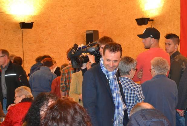 Guido Fluri spricht mit Gästen