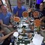 Astronauten auf der Internationalen Raumstation ISS bereiten sich zur Abwechslung Pizzen zu.