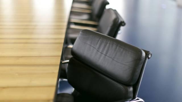 Sessel stehen in einem Sitzungszimmer (Symbolbild)