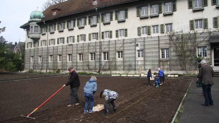 Vor dem Klostergeäude wird der Sorten- und Bildungsgarten angelegt.