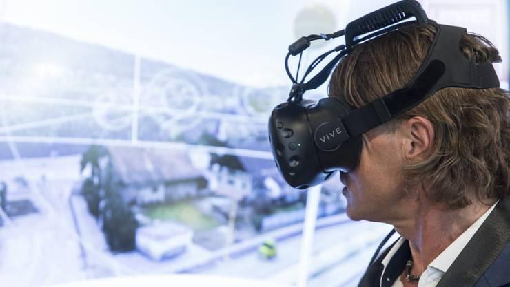 Mit der Spezialbrille das Limmattal in 3D erleben: Hier testet Thomas Landis, der Co-Präsident des Schlieremer Gewerbevereins, das nun fertig programmierte 3D-Modell.