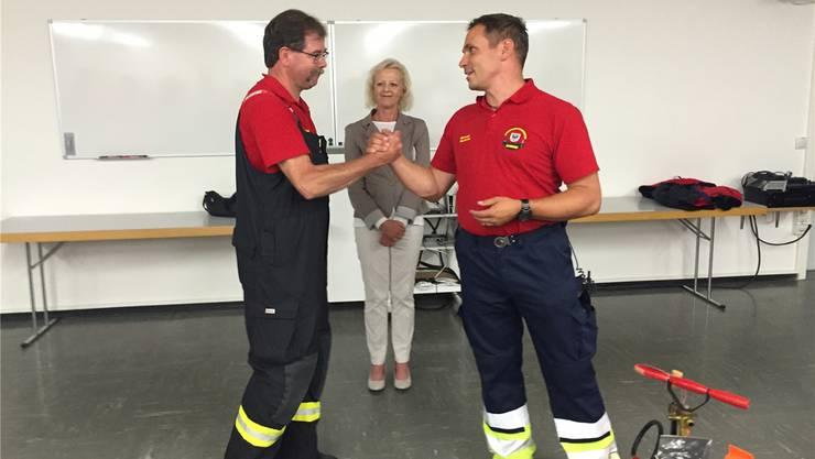 Der neue Aarauer Feuerwehrkommandant Thomas Kuhn (l.) Stadträtin Regina Jäggi und Michael Gautschi. uhg