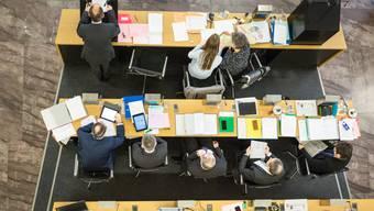 Aus der Vogelperspektive Ratsbüro und Regierungsrat während der Budgetdebatte im Grossen Rat.