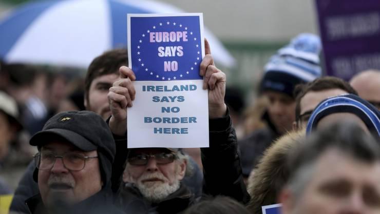 Ärgerliches Diktat aus England, hatten die Nordiren selbst am 23. Juni 2016 doch mehrheitlich gegen einen Brexit votiert. Am Samstag protestierten viele an der heute unsichtbaren Grenze zwischen der Republik Irland und dem britischen Nordirland.