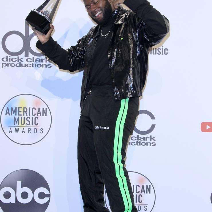 Auch Sänger Khalid post stolz mit seinem Award.
