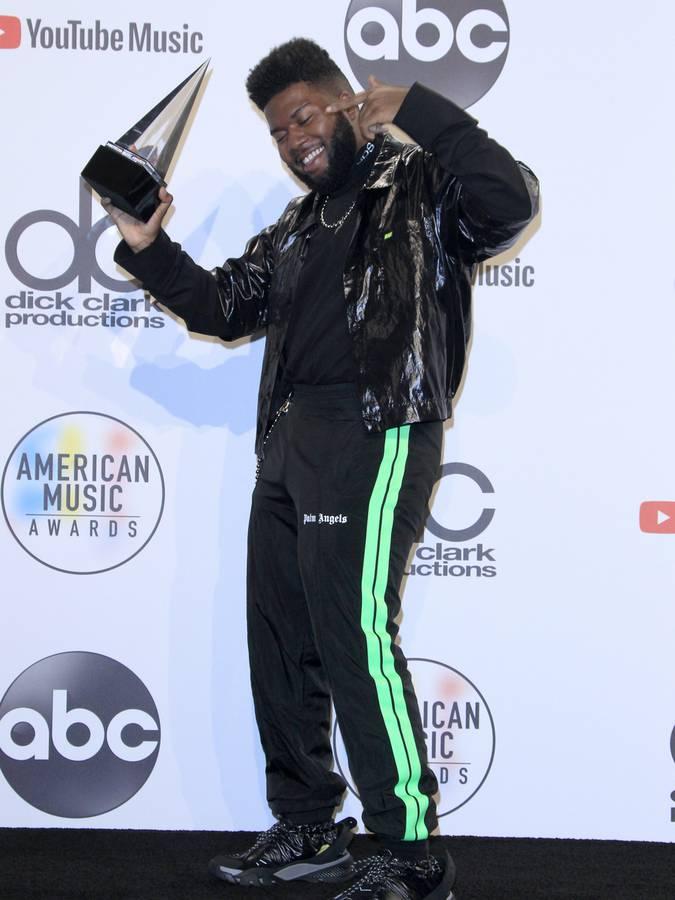 Auch Sänger Khalid post stolz mit seinem Award. (© Virgin Radio Switzerland)