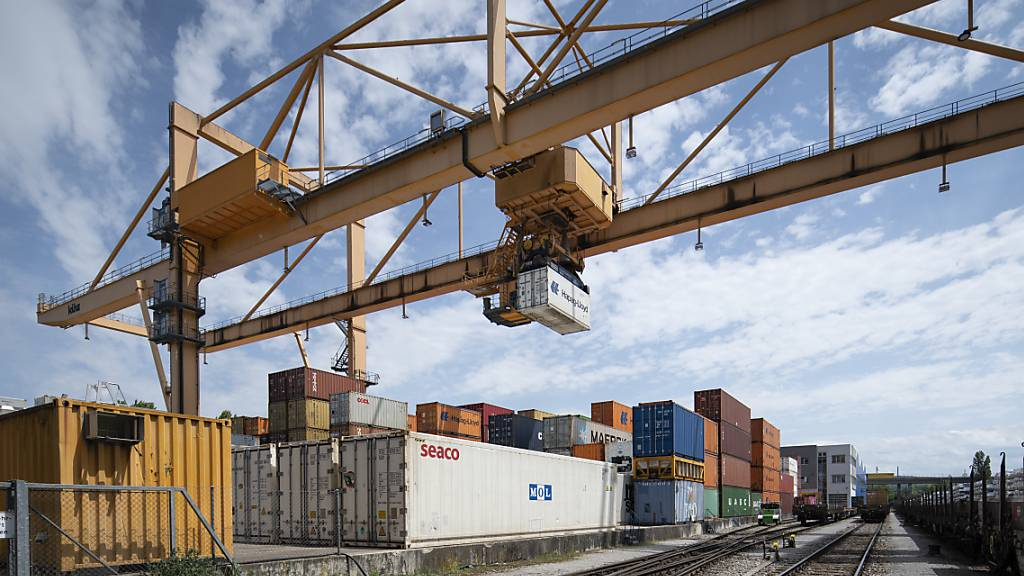Die Schweizer Leistungsbilanz hat in den ersten Monaten 2021 von einem gestiegenen Überschuss im Warenverkehr profitiert. (Archivbild)