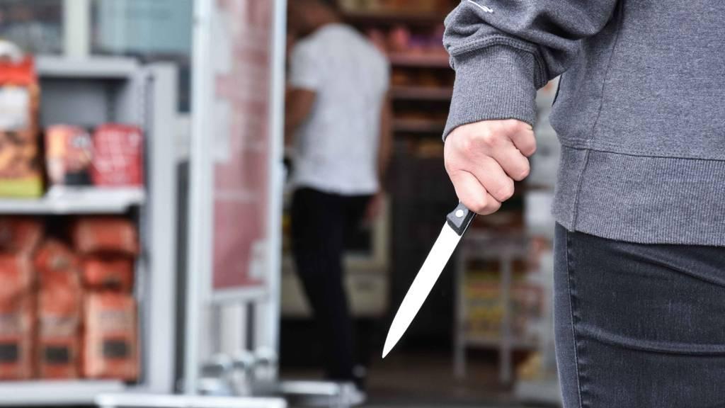 Versuchter Überfall auf Tankstelle: Täter verletzt Angestellten mit Messer