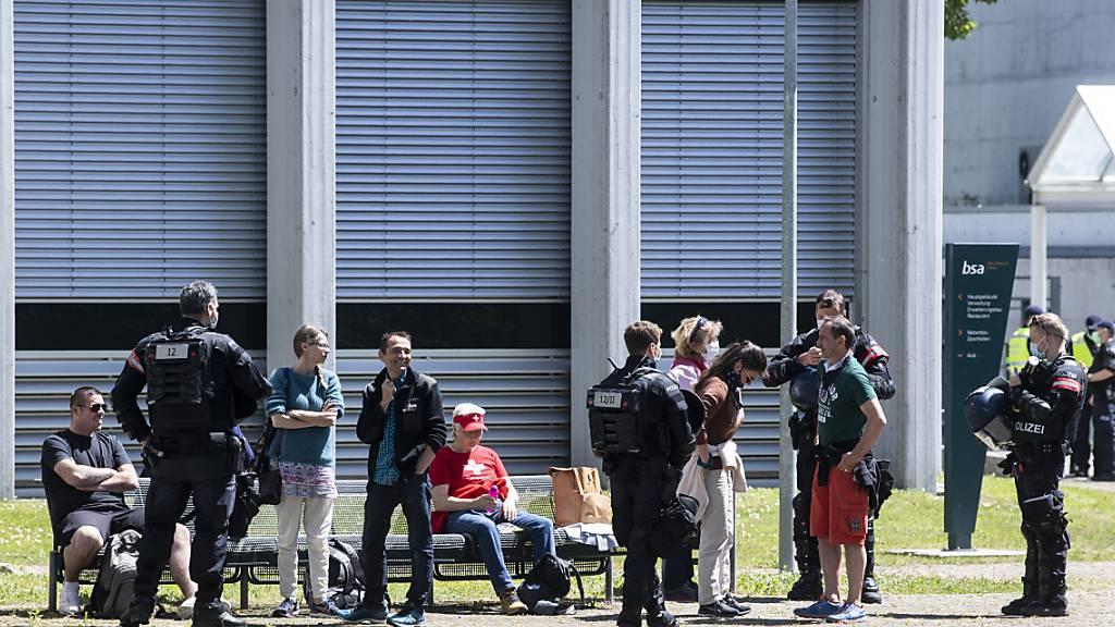 Corona-Skeptiker werden von der Polizei in Aarau kontrolliert.