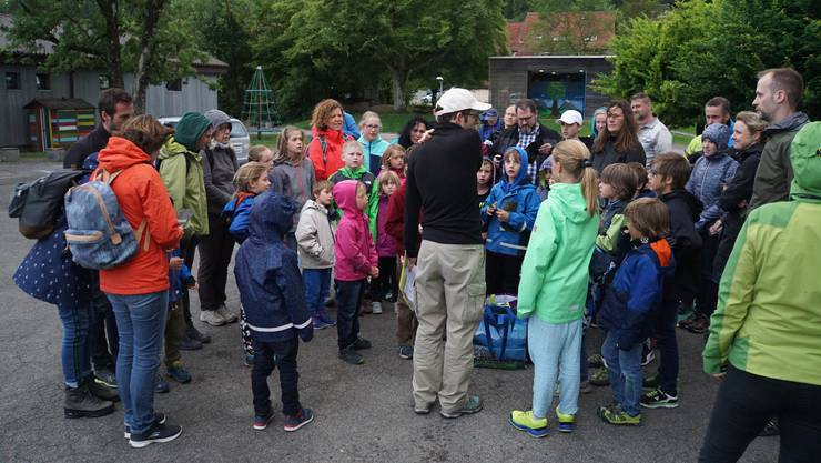 Lukas Kammermann erklärt den vielen Kindern spielerisch, wie die Fledermäuse leben