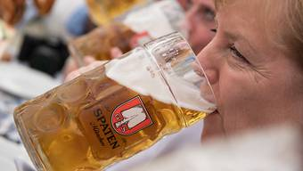 Nach dem strengen G7-Gipfel gönnte sich Bundeskanzlerin Angela Merkel in München ein kühles Bier