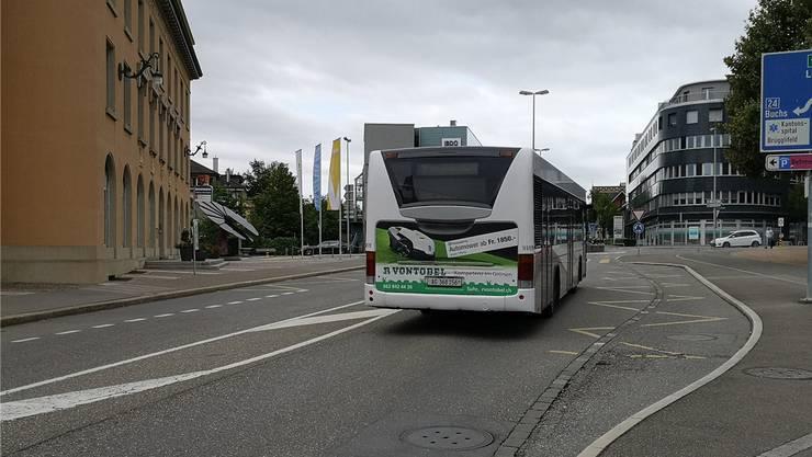 Die Bus-Bucht stadtauswärts (rechts) wird aufgehoben, künftig halten die Busse auf der Fahrbahn und können nicht mehr überholt werden.
