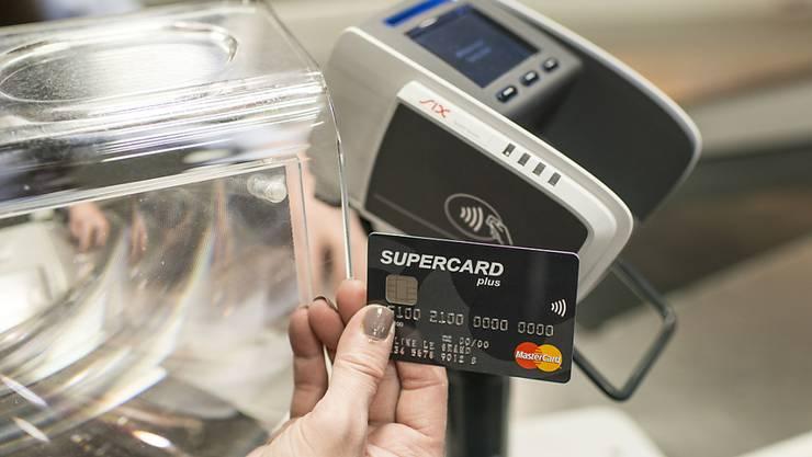 Zwar wissen gemäss einer Umfrage viele Kreditkartenbesitzer, dass sie mit ihrem Kärtchen kontaktlos zahlen könnten. Tatsächlich tun dies aber noch nicht viele. (Archivbild)