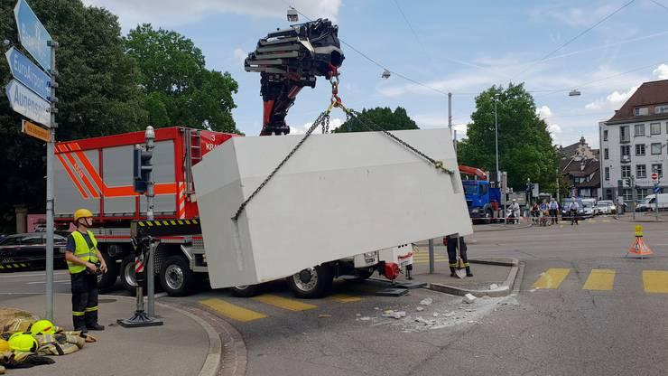 Am Freitagnachmittag verlor ein Lastwagen in einer Kurve beim Spalentor ein rund 3,2 Tonnen schweres Betonelement. Niemand wurde dabei verletzt. Die Feuerwehr barg das Element mit einem Kranwagen.