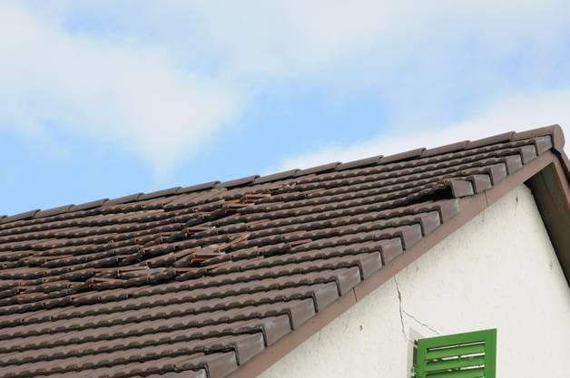Auf dem Dach sind die Spuren der Explosion deutlich zu sehen