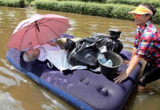 Eine ältere Frau wird vor den Fluten in Bangkok evakuiert.  AP