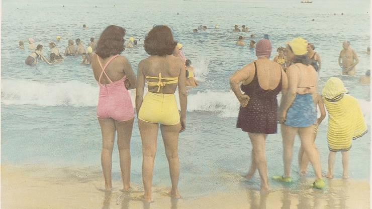 Badende auf Coney Island, aufgenommen zwischen den Jahren 1950 und 1960. Handkolorierter Silbergelatineabzug.