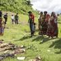 Angehörige in Rakhine bei der Exhumierung getöteter Hindu: Wie Amnesty International berichtet, standen ein Angriff und Exekutionen Dutzender durch eine Rohingya-Miliz am Anfang des Gewaltausbruchs in Myanmar. (Archivbild)