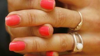 Knacken im Finger kommt von einem Hohlraum im Gelenk (Symbolbild)