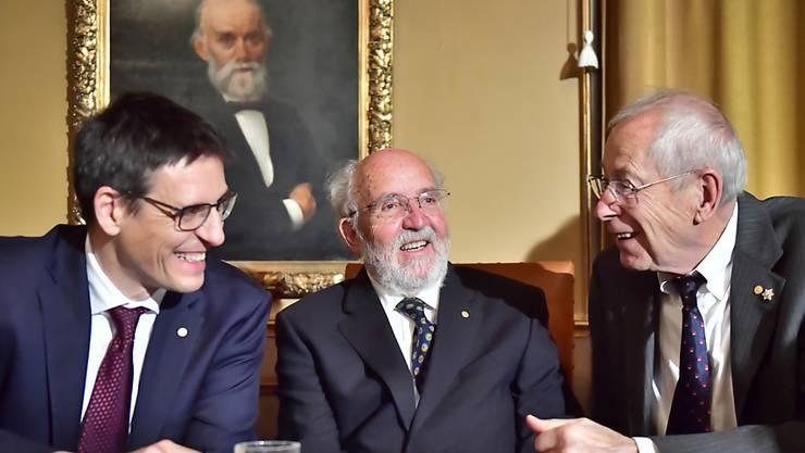 Die Genfer Astronomen Michel Mayor (Mitte) und Didier Queloz (links) haben am Dienstag gemeinsam mit James Peebles (rechts) den Nobelpreis für Physik erhalten. (Archivbild)
