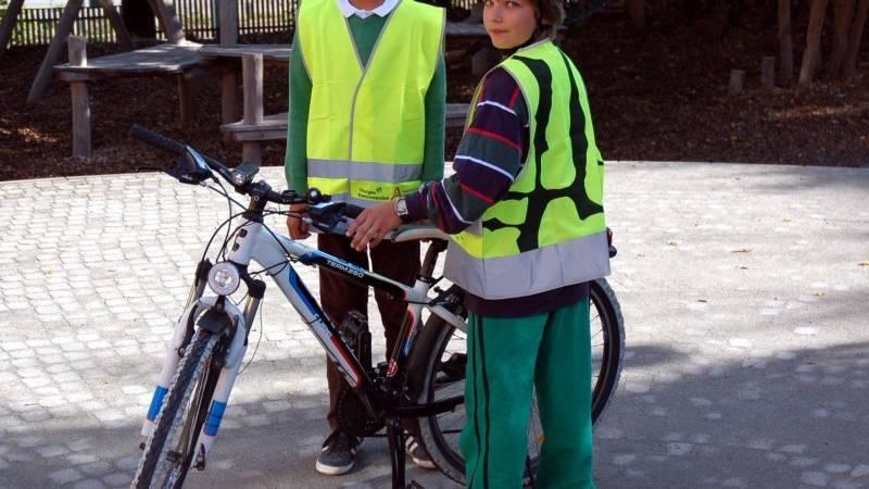 Immer mehr Thurgauer Kinder tragen auf dem Schulweg Leuchtwesten.