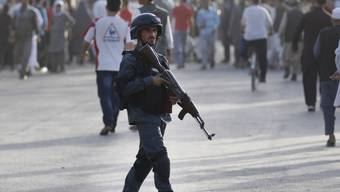 Afghanischer Soldat am Mittwoch am ort des Anschlags in Kabul.