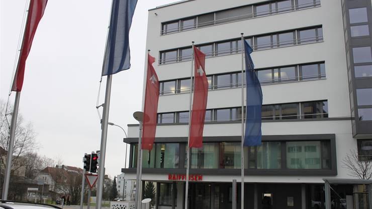 Europafahnen beim Eingang zum Stadtzentrum. Bei den Banken ist Euro-Bargeld sehr gefragt.