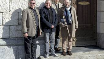 """Der Roman """"Alles in Allem"""" von Kurt Guggenheim wird am 11. Mai 2019 in Zürich und Schlieren inszeniert. Gesamtleiter Peter Brunner (2.v.l.), der künstlerische Leiter Wolfang Beuschel (r), der Szenograf Markus Schmid (2.v.r.) und Remo Schällibaum (l) vom Belltree Tower in Schlieren posieren vor diesem Turm im Gaswerk Schlieren."""
