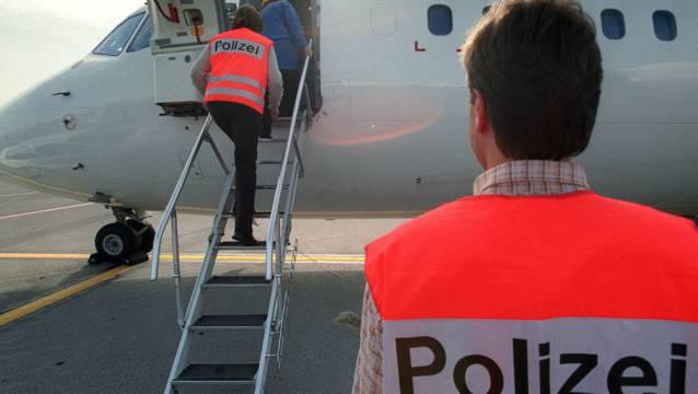 Sechs Luzerner Polizisten begleiten den mit Handschellen gefesselt Algerier zum Flughafen Genf. (Symbolbild)