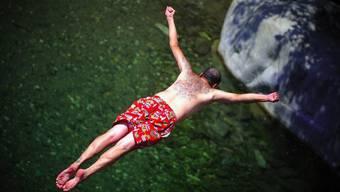 Ein Kopfsprung ins trübe Wasser gilt versicherungstechnisch als Wagnis (Symbolbild)