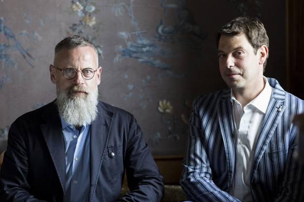 Zwei Herren der Düfte: Rudolf Velhagen, Kunsthistoriker und Leiter Sammlung bei Museum Aargau (links), mit Parfümeur. Andreas Wilhelm, der zwei Räume beduften wird, vor der berühmten Wildegger Tapete im Salon des Schlosses.
