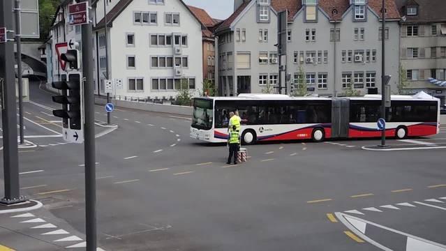 Als Erstes dürfen Busse und Postautos über die neue Kreuzung fahren – und auch dieSpanischbrödli Zunft «fährt» mit ihrem «Bus».