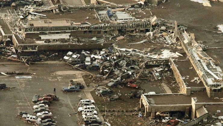 Der Tornado hinterlässt eine Schneise der Verwüstung