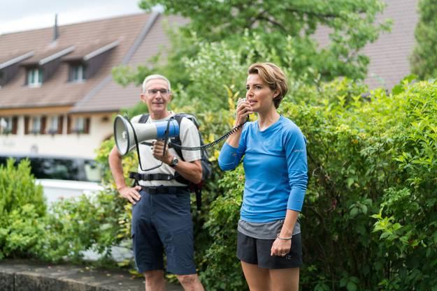 Um 140 Leserwanderinnen und Leserwanderer zu begrüssen, braucht es ein Megafon: Roman Würsch und Maria Brehmer, Projektleiter Leserwandern der «az Nordwestschweiz».