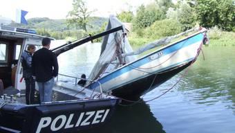 Bergung eines verunglückten Segelboots am Rhein