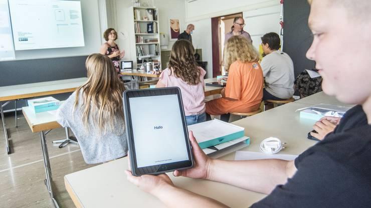 Jede Schülerin und jeder Schüler der drei ersten Sekundarschulklassen erhalten ein Tablet als persönliches Arbeitsinstrument.