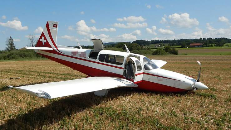 Bei einer Notlandung in einem Acker in der Nähe des Flugplatzes Lommis TG blieben Pilot und Passagier unverletzt.