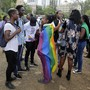 Ein Gericht in Kenia hat ein seit Jahrzehnten geltendes Verbot gleichgeschlechtlicher sexueller Handlungen aufrechterhalten. Aktivisten und Unterstützer demonstrierten am Freitag vor dem Gerichtsgebäude in Nairobi.