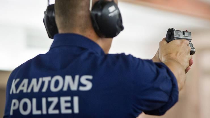 Weil der Polizist wohl nicht nur im Schiesstraining geschossen hat, wird er wegen Widerhandlung gegen das Waffengesetz beschuldigt. (Symbolbild)
