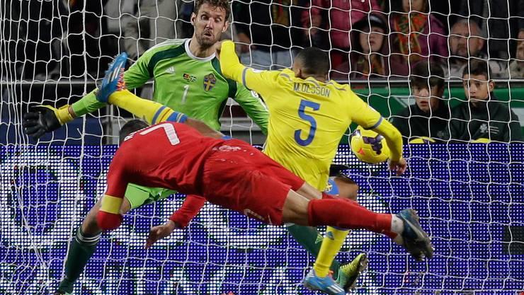 Die entscheidende Szene in der 82. Minute: Ronaldo hält den Kopf hin, Verteidiger Martin Olsson und Goalie Andreas Isaksson kommen zu spät. Es steht 1:0 für Portugal.