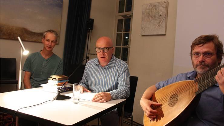 Medienkünstler Marc Lee, Autor Markus Kirchhofer und Lautenist Andreas Schlegel bei der Vernissage zu Kirchhofers neuem Lyrikband.