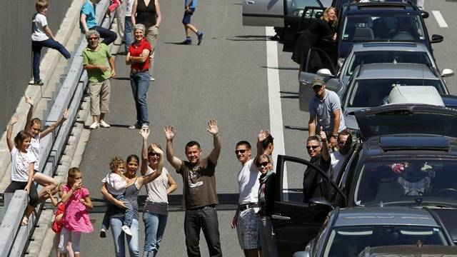 Ferienhungrige auf der Gotthardautobahn lassen sich die Laune nicht verderben